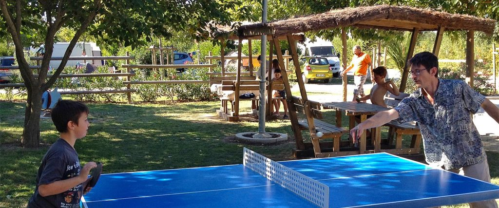 Camping l'Arlesienne - table de ping-pong